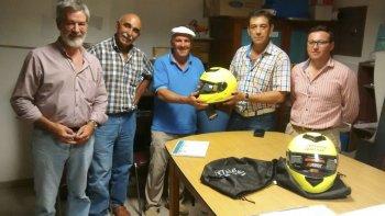 La policía de Abigeato de Sarmiento recibió cascos para utilizar las motos que les permitirán recorrer las zonas rurales.
