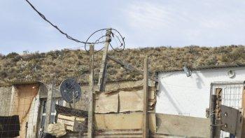 Conexiones clandestinas que perjudican a los demás, pero que también ponen en riesgo de sufrir incendios a las precarias viviendas que se enganchan a los postes de alta tensión.