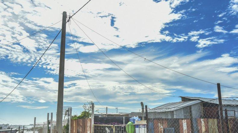 Una postal repetida en distintos sectores de Comodoro. Cables que bajan de los postes a las casas sin pasar por un medidor.