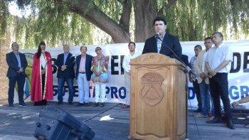Omar Burgoa al brindar su discurso por el aniversario de la localidad.