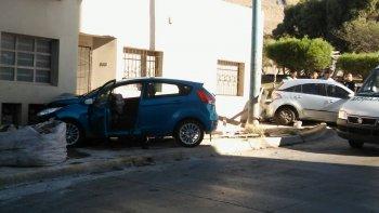 tras un choque, un auto se estrello con un medidor de gas