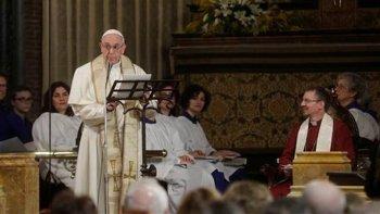 Francisco en su histórica visita a la Iglesia All Saints para conmemorar los 200 años del primer servicio público anglicano en la capital italiana.