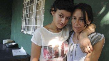 La joven junto a su madre, quien recibió un mensaje clave para poder rescatarla.