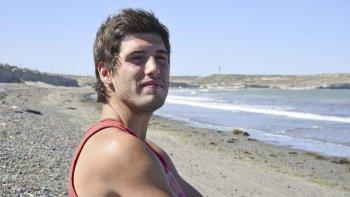 Nicolás en la playa donde salvó a los dos chicos que se ahogaban.