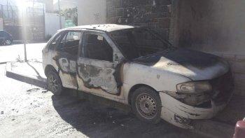 El Volkswagen Gol quedó totalmente destruido por las llamas durante la madrugada de ayer.