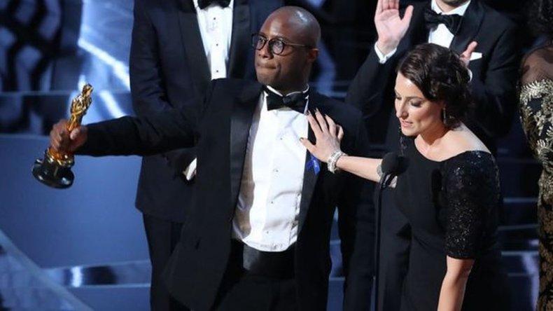 El director Barry Jenkins y la productora Adele Romanski celebran la victoria de Moonlight.