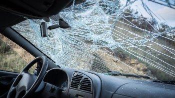 con un cano y delante de sus hijos destrozo el auto de su ex marido