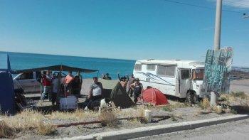 ex trabajadores mantienen la vigilia en la playa de tanques