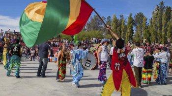 Cinco grupos murgueros y dos centros de residentes protagonizaron los festejos de carnaval en el mismo escenario.