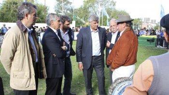 El ministro de Agricultura y Ganadería de la Nación, Ricardo Buryaile dialoga con uno de los productores premiados en la exposición ganadera.