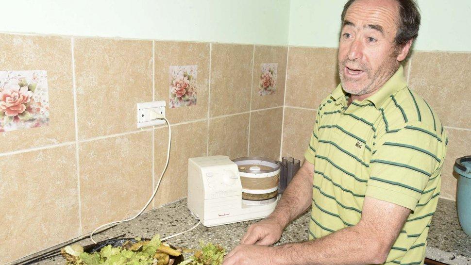 Néstor Prieto, referente de la vecinal que funciona desde 2004 en el entorno del Cordón Forestal, explicó el funcionamiento del biodigestor domiciliario.