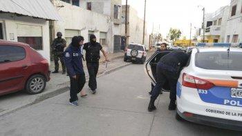La policía se lleva detenido ayer a Fabián Cuete Arias, padre del joven denunciado por amenazar a su ex pareja.