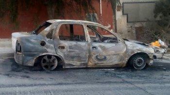 Así encontraron el auto quemado en Wilde e Islas Leones.
