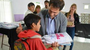 179 kits escolares entregó el municipio ayer en la Asociación Vecinal de barrio San Cayetano.