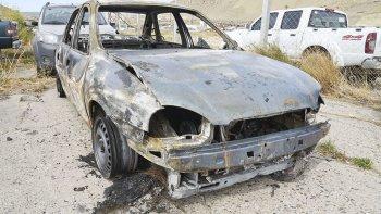 El vehículo que le robaron a Parada y que apareció prendido fuego en en Islas Leones y Wilde. La víctima también quedó inicialmente detenida por apuñalar a dos de los individuos.