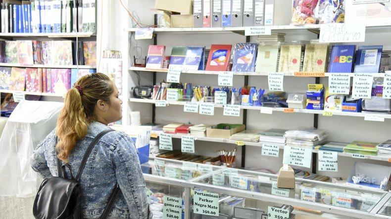 El precio de los útiles escolares obliga a buscar ofertas y recorrer las diferentes librerías de la ciudad.