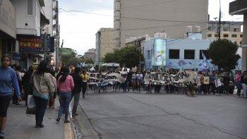 Más de 500 personas marcharon por el paro internacional de mujeres. En Comodoro se manifestaron frente a Prefectura por la masacre de Standart.