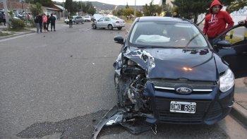 El accidente entre un Ford Focus y un VW en la avenida Constituyentes.