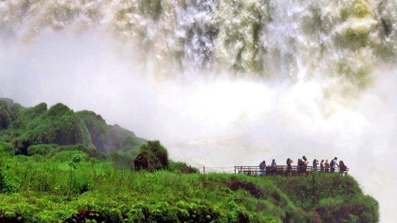 Turistas de todo el mundo llegan al país interesados en conocer especialmente el paisaje espectacular de Iguazú.
