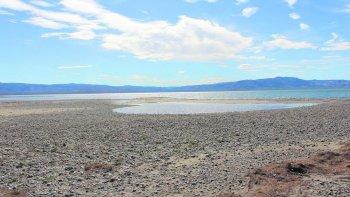 La seguía que evidencia el lago Musters preocupa a la Cuenca del Golfo San Jorge.