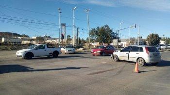 por una falla en el semaforo chocaron dos autos y hubo un lesionado