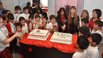 Directivos, docentes y alumnos, compartieron el tradicional corte de las tortas de cumpleaños.