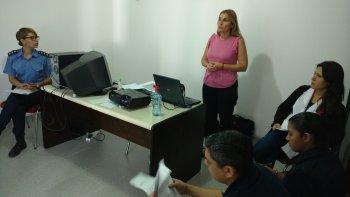 La fiscal Andrea Vázquez capacitó a los efectivos de la Comisaría de la Mujer.
