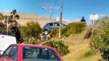 en medio del caos vial un gol quedo colgado de arbustos en la curva de km 3