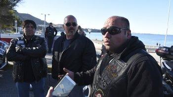 Diferentes agrupaciones de motociclistas de Comodoro Rivadavia marcharon ayer hasta el Concejo Deliberante en rechazo del uso obligatorio de cascos y chalecos con la inscripción de la patente.