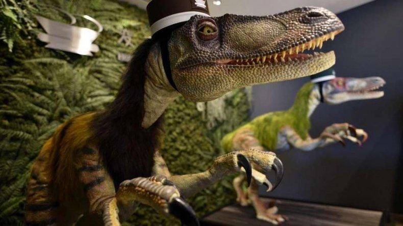 Dos dinosaurios robot son recepcionistas de un hotel