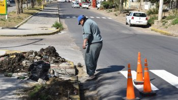Trabajadores de planes sociales del municipio se ocuparon esta semana de retirar gran cantidad de basura y barro en las bocas de tormenta de la zona céntrica.