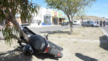 La Motomel de 110cc terminó estrellándose contra el bulevar, a varios metros de donde frenó el Renault Mégane.
