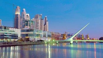Buenos Aires y una de sus postales más conocidas: Puerto Madero y el emblemático puente de La Mujer.