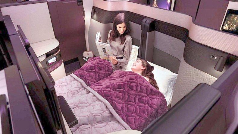 La QSuite dispone de una cama doble con paneles de privacidad que separan