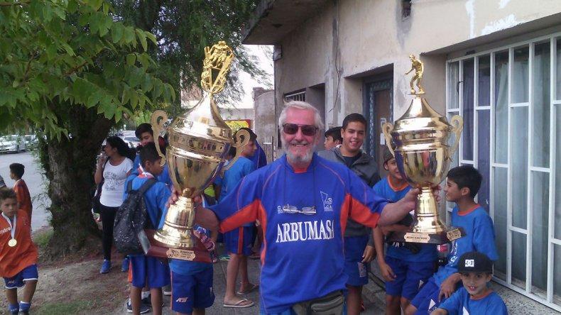 Con la Copa obtenida en Neuquén en el mes de febrero. Ahí cocino para 60 chicos.