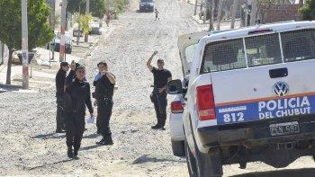 Los policías rodean la vivienda del sospechoso que se escondió tras arrojar un arma en la calle.