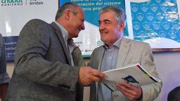 El gobernador Mario Das Neves presidió ayer la presentación del Plan Estratégico de Salud 2017-2019 y recibió el documento por parte del ministro de Salud, Ignacio Hernández.
