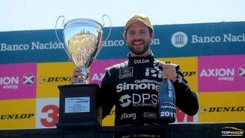 El piloto Mauro Giallombardo posa con el trofeo y champagne tras adjudicarse la competencia de la Top Race V6.