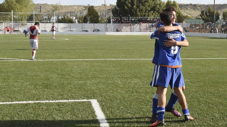 El abrazo para Maximiliano Morales luego de poner el 4-0 definitivo frente a Sarmiento.