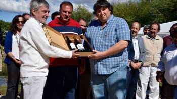 El gobernador Mario Das Neves firmó ayer, en Trevelin, acuerdos y entregó aportes para seguir apoyando la actividad vitivinícola.