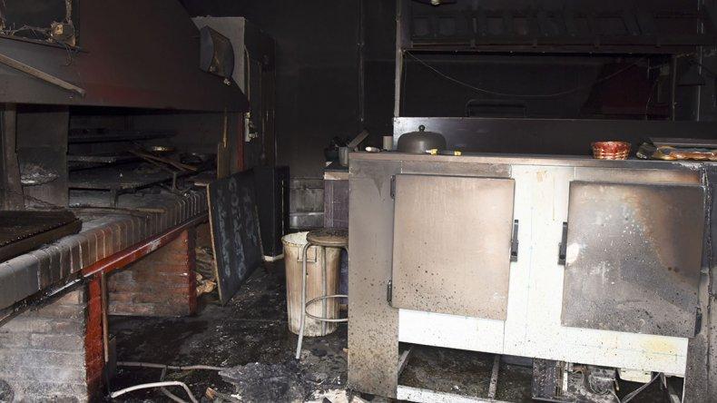 Una brasa provocó un incendio que  destruyó una parrilla en La Loma
