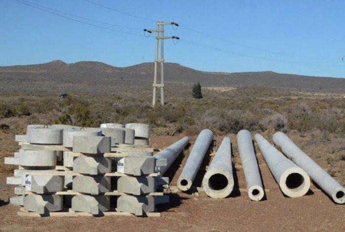 Las columnas de hormigón destinadas a la línea de 132 kilovatios se encuentran esparcidas desde hace mucho tiempo a lo largo de la traza que va desde Pico Truncado a Caleta.