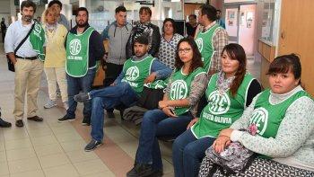 Trabajadores del ámbito de la salud afiliados a ATE, acompañados por el secretario adjunto Gustavo Sosa –izquierda– protagonizaron ayer una sentada en el hall del Hospital Zonal, exigiendo que la justicia investigue la denuncia de intento de abuso sexual.
