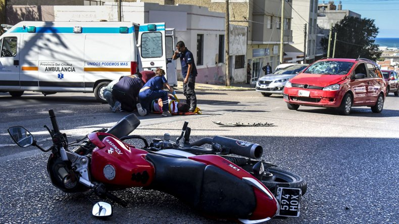 El conductor de la moto golpeó contra el parabrisas del vehículo que quedó destrozado.
