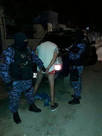 Momento en que el personal de la Guardia de Infantería detiene a Felipe Cerroría y a Jorge Romero tras el robo del sábado a la noche.