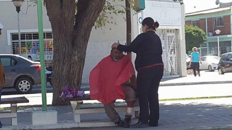 Peluquera les cortó el pelo gratis a personas en situación de calle