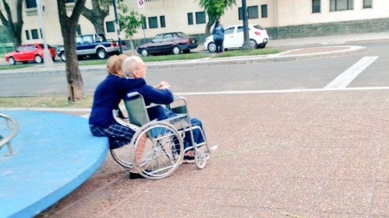El abrazo de dos abuelos que enamoró a todos