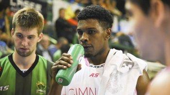 Yoanki Mensia refrescándose durante un pedido de minuto del partido que Gimnasia le ganó el lunes a Quimsa.