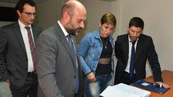 Carolina Ana Rossi firmó la sentencia ante la presencia del abogado oficial Claudio Amarante –izquierda-, el secretario del juzgado federal local, Jorge Fernández, y el fiscal Lucas Colla.