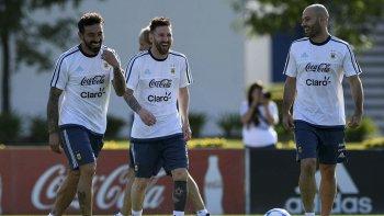 Ezequiel Lavezzi, Lionel Messi y Javier Mascherano sonríen durante el entrenamiento que la selección argentina realizó ayer en Ezeiza.